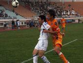 图文:[中超]青岛0-1天津 搂搂抱抱成何体统
