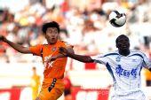 图文:[中超]青岛0-1天津 双方争顶头球