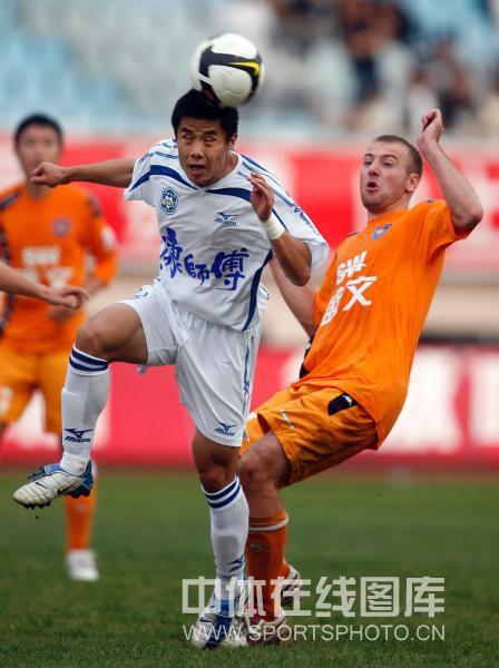 图文:[中超]青岛0-1天津 蒿俊闵争得先机