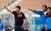 图文:[中超]青岛0-1天津 郭侃峰场边指挥