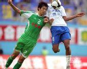 图文:[中超]广州1-1北京 朗征拼抢