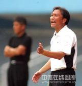 图文:[中超]广州1-1北京 沈祥福着急