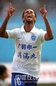 图文:[中超]广州1-1北京 迭戈庆祝进球
