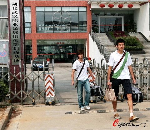 图文:武汉球员撤离基地 杨昌鹏周燎走出基地