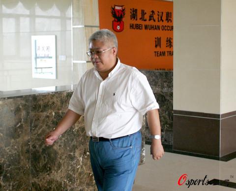 图文:武汉球员撤离基地 沈烈风大腹便便
