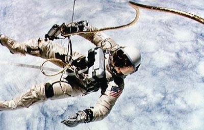 为什么航天员要进行太空行走?