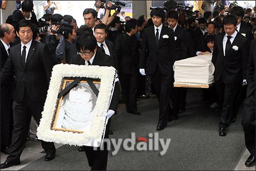 崔真实遗体被送往火葬场