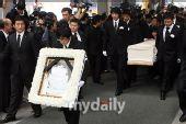 组图:崔真实的遗体被送往火葬场