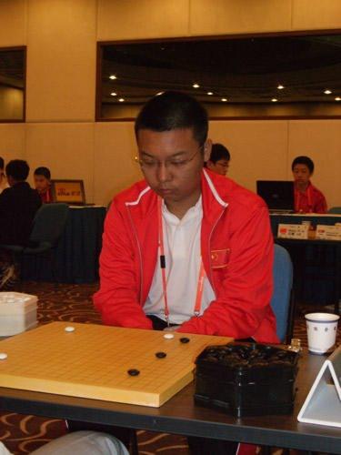 图文:智运会围棋个人赛首轮 周睿羊五段战强敌