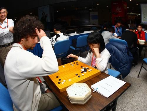 图文:智运会选手年龄差距大 中国香港小棋手