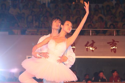 图文:08乒超开幕王楠现场助阵 开幕式芭蕾美女