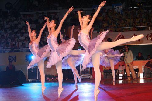 图文:08乒超开幕王楠现场助阵 芭蕾舞美女