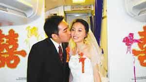 新人在飞机上举行特别的结婚仪式。  西部航空供图
