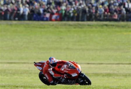 图文:MotoGP澳大利亚站正赛 斯托纳驰骋在绿野