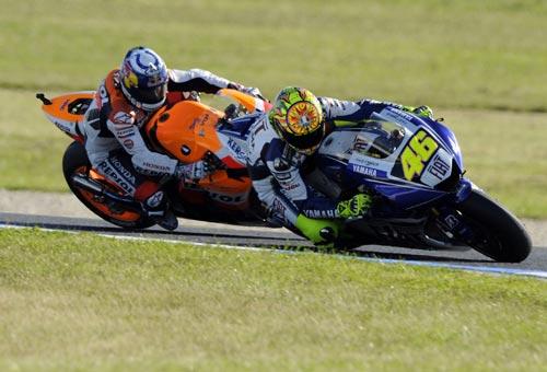 图文:MotoGP澳大利亚站正赛 罗西弯道超车海登