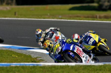 图文:MotoGP澳大利亚站正赛 罗西超越杜斯兰德