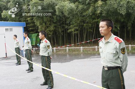 爆炸现场围起警戒线,消防、武警调查事故原因。