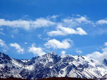 """乌恰县,维吾尔语称ULUKQAT,其意为""""为最大的枢纽""""连接之地。位于新疆维吾尔自治区最西部,隶于克孜勒苏柯尔克孜自治州,境内的斯姆哈纳是中国日落最晚的地方。该县西部和北部与吉尔吉斯斯坦接壤,总面积9155.63平方公里。乌恰主要为柯尔克孜族,人口占全县总人口的70%以上。""""柯尔克孜""""是民族自称,关于其含义,有""""40个部落""""、""""40个姑娘""""和""""草原上的人""""等解释。中新社发冷眉 摄"""