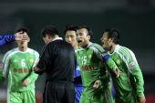 图文:[中超]北京1-1陕西 不满判罚