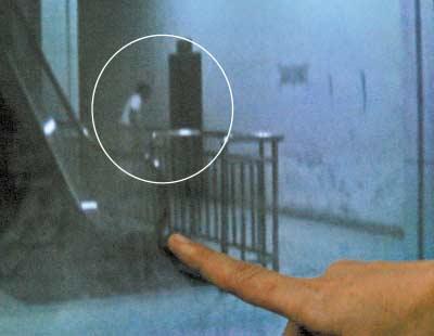 涪陵客运站,男子在大厅旁的女厕所外偷窥