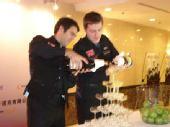 图文:沃尔顿出席答谢酒会 沃尔顿火箭开启香槟
