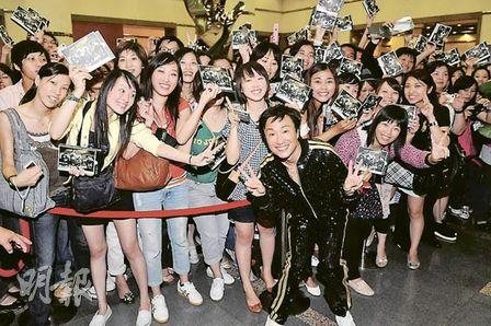 郑中基完成个唱后又举行签唱会,与歌迷作近距离接触