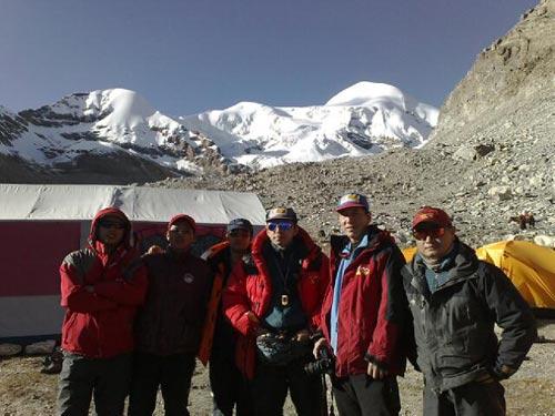 搜狐假日登山队成员在唐拉昂曲大本营