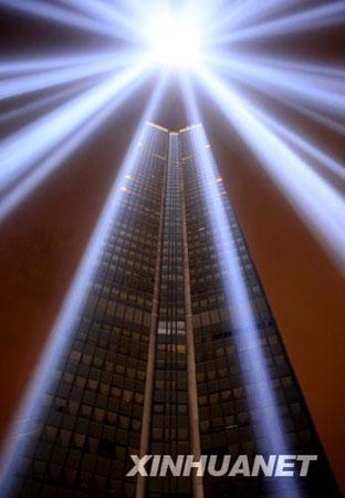 """10月4日晚,法国首都巴黎最高的办公楼""""蒙巴纳斯""""大厦笼罩在幽蓝的光柱里。"""
