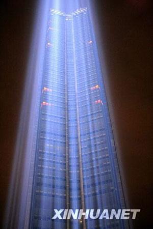 """10月4日晚,法国首都巴黎最高的办公楼""""蒙巴纳斯""""大厦笼罩在幽蓝的光柱里。新华社记者张玉薇摄"""