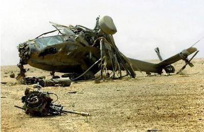一架坠毁的美军阿帕奇直升飞机残骸被搁置在荒野之中