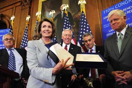 10月3日,美国国会众议院议长佩洛西(左二)展示已签署的金融救援方案
