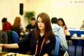 组图:西方女棋手拍照又顾盼 职业棋手态度认真