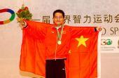 组图:汪洋领奖台披国旗庆祝 霍震霆为选手颁奖