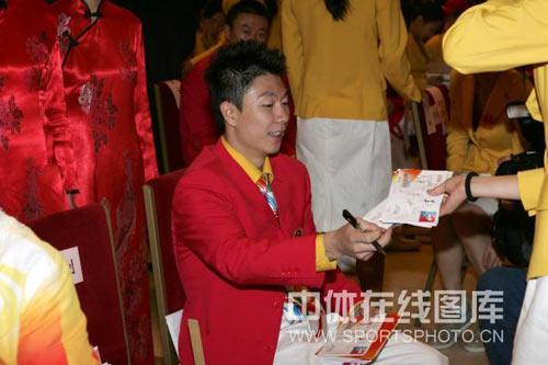 图文:2008年奥运会表彰大会 李小鹏忙个不停
