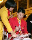 图文:2008年奥运会表彰大会 李小鹏粉丝众多