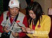 图文:2008年奥运会表彰大会 杜丽欣赏照片