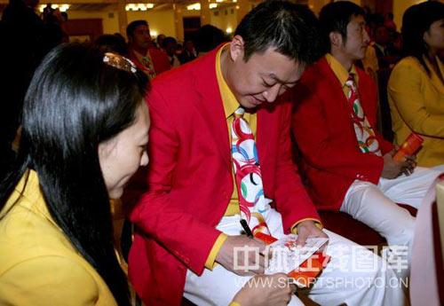 图文:2008年奥运会表彰大会 马琳张宁窃窃私语