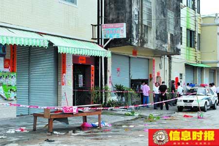 案发小超市前已被警方拉起警戒线。本版摄影 时报见习记者 陈健