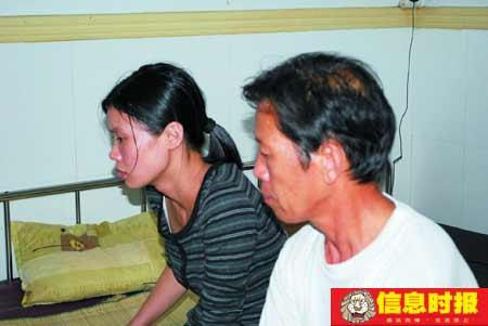 家属坐在医院里一筹莫展,左边女子为店主妻子廖顺珠。本版摄影 时报见习记者 陈健