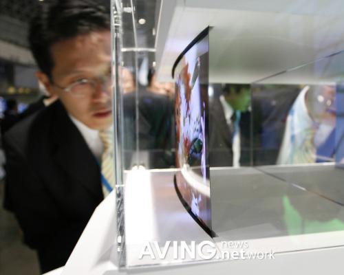 索尼展示0.9毫米全球最薄OLED电视(图)