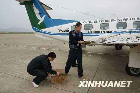 10月6日,技术人员在安装增雨设备。 郭远明 摄