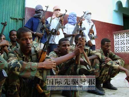常年战乱让索马里民不聊生。图为部分索马里士兵(前着军装者)因薪酬低、得不到政府尊重,转而投奔伊斯兰反政府武装(后持枪站立者)。法新社