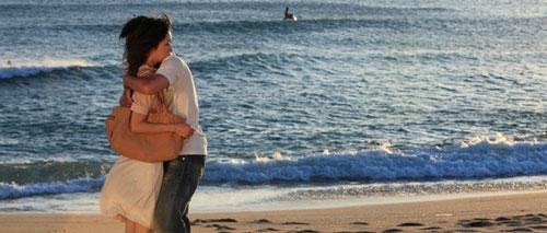 图:电影《海角七号》友子、阿嘉海边擁抱