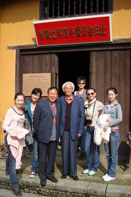 新《红》主演与表演艺术家刘士龙、管宗祥一同参观