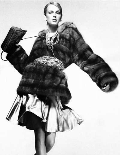 人类自原始时期,就会以猎得的动物的毛皮制成衣服来蔽寒,或宣扬自己
