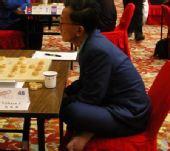 组图:智运会男棋手坐姿百态 盘坐椅中潇洒惬意