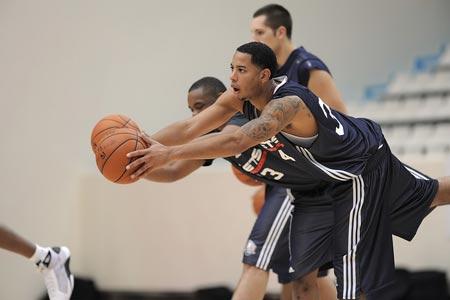 图文:[NBA]篮网巴黎训练 哈里斯争抢
