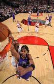 图文:[NBA]国王VS开拓者 莫尔怒吼上篮