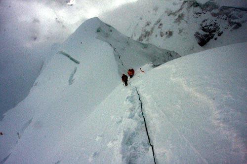 在冲击顶峰的最后一个陡峭的大雪坡上,图左山体上有一个巨大的可能发生雪崩的裂口。