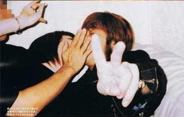 两人亲密热吻